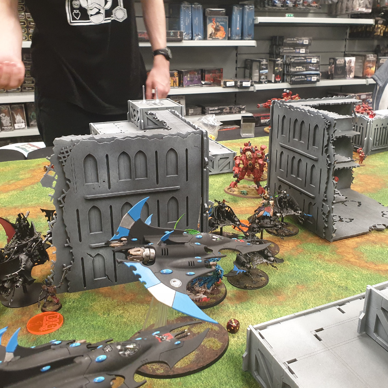 Corrode's Drukhari fighting Tau at the London Open